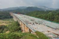 广乐高速公路英德黎明特大桥正在进行桥面铺装施工